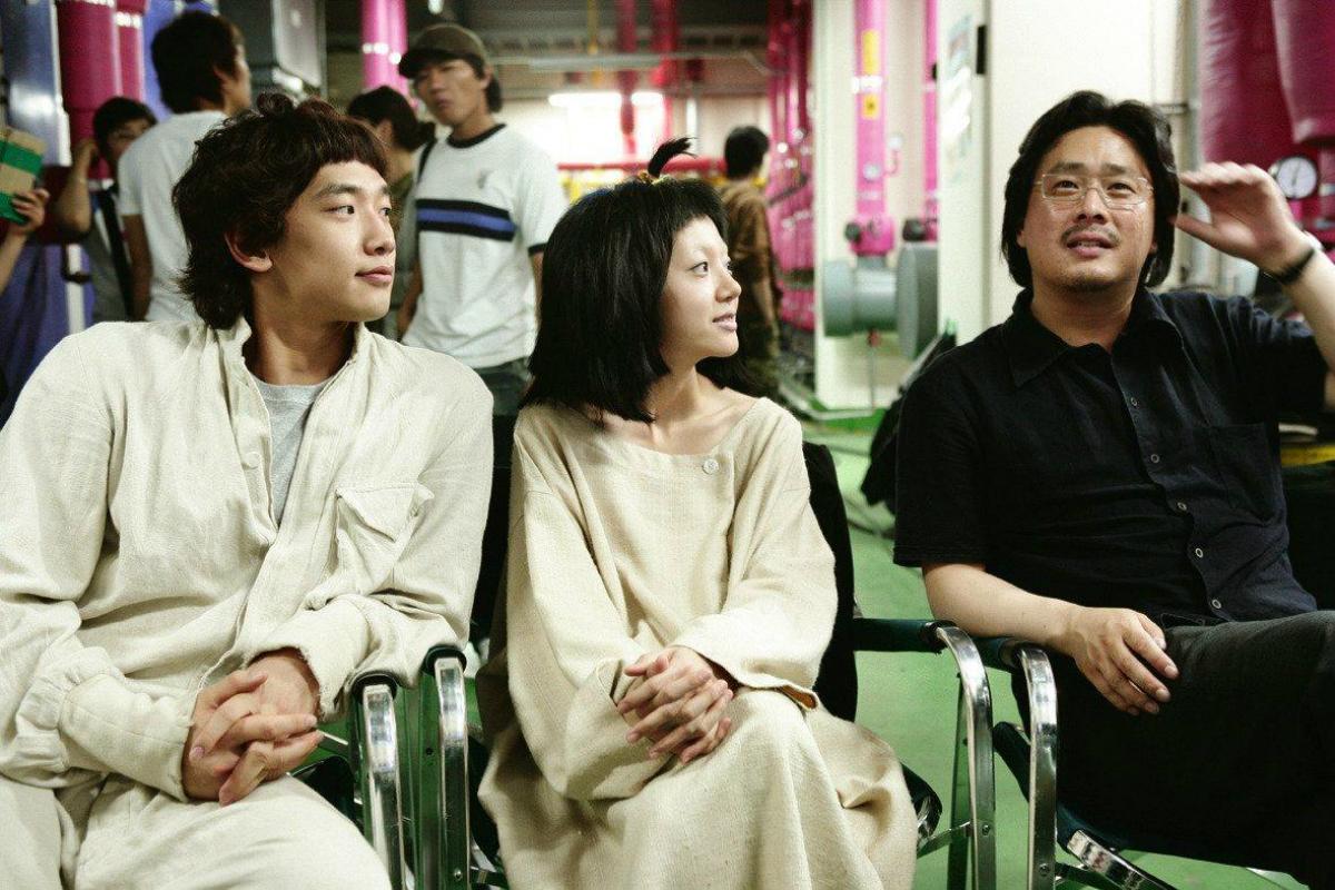 El director Park Chan-wook y los actores Im Soo-jung y Jung Ji Hoon. Fuente: Filmaffinity