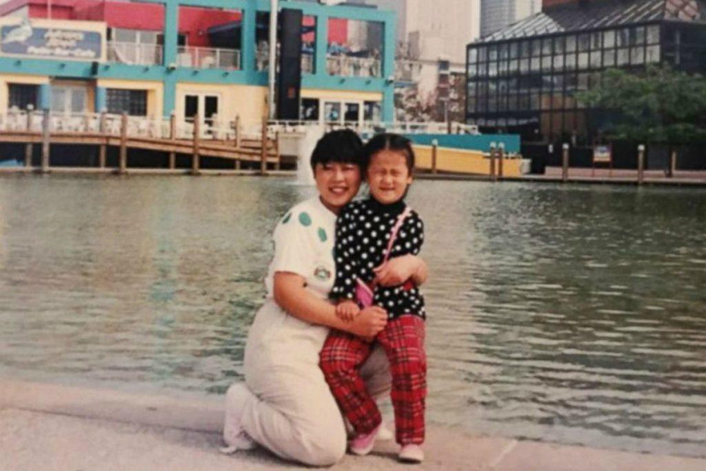 Una joven Domee Shi con su madre. Fuente: ABCNews
